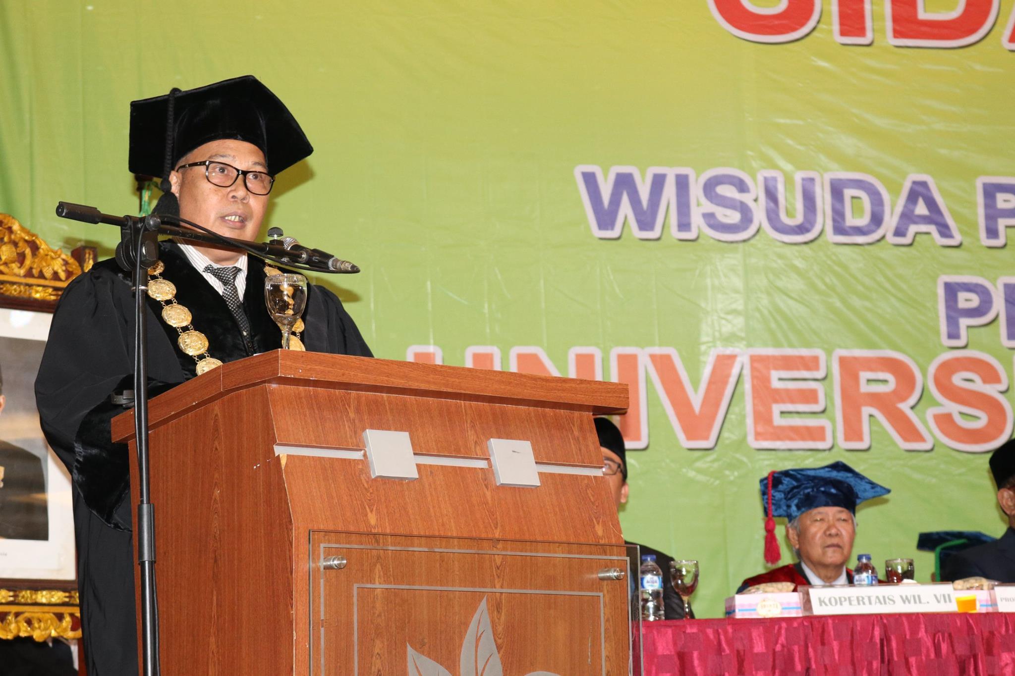 rektor wisuda umpalembang